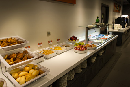 Le petit déjeuner buffet offert